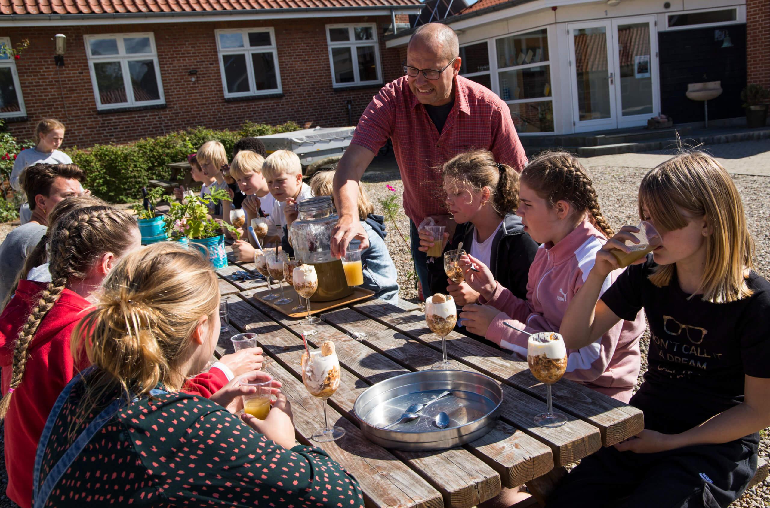 Storbydreng på landsbyskole