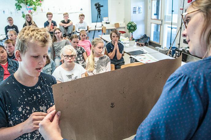 Lærer viser billede til elever
