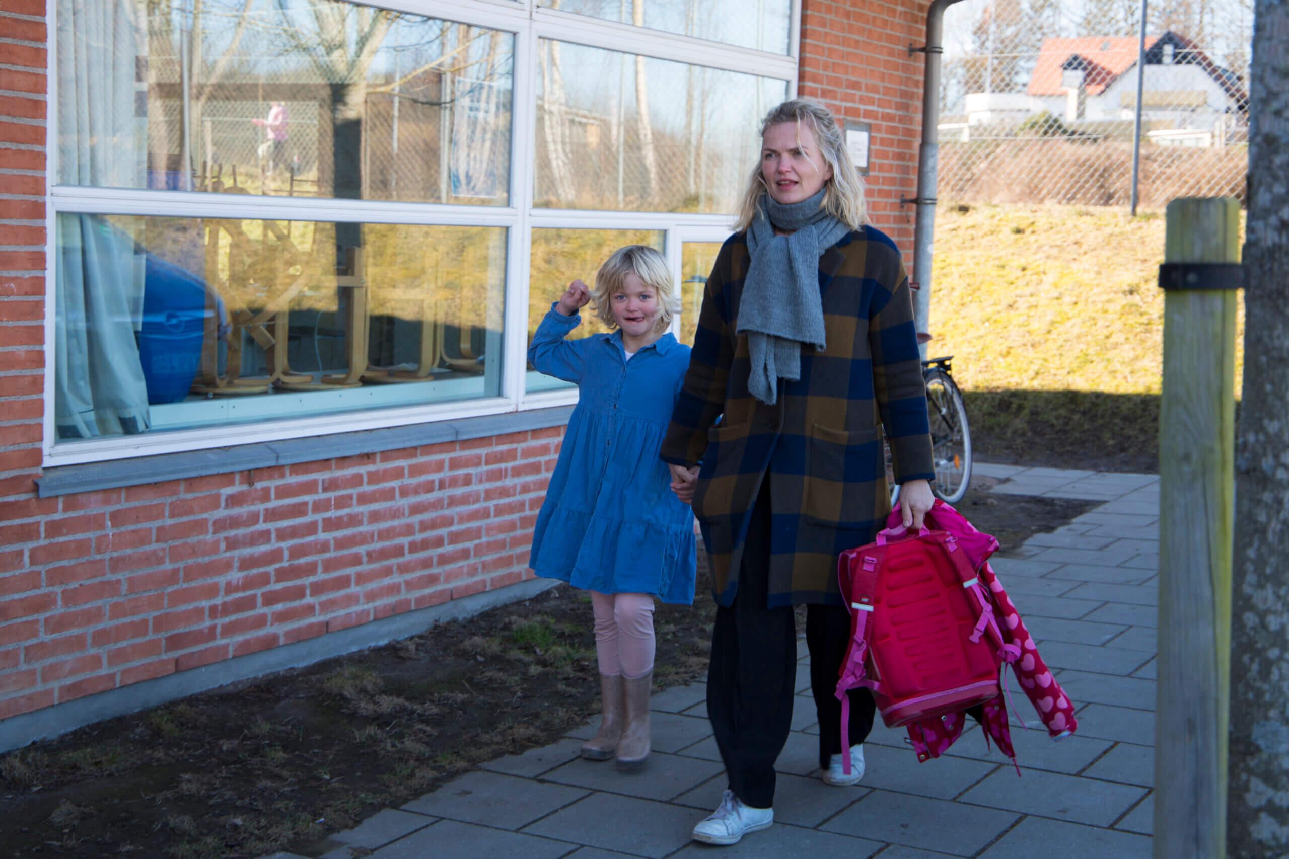 Datter og mor på vej i skole