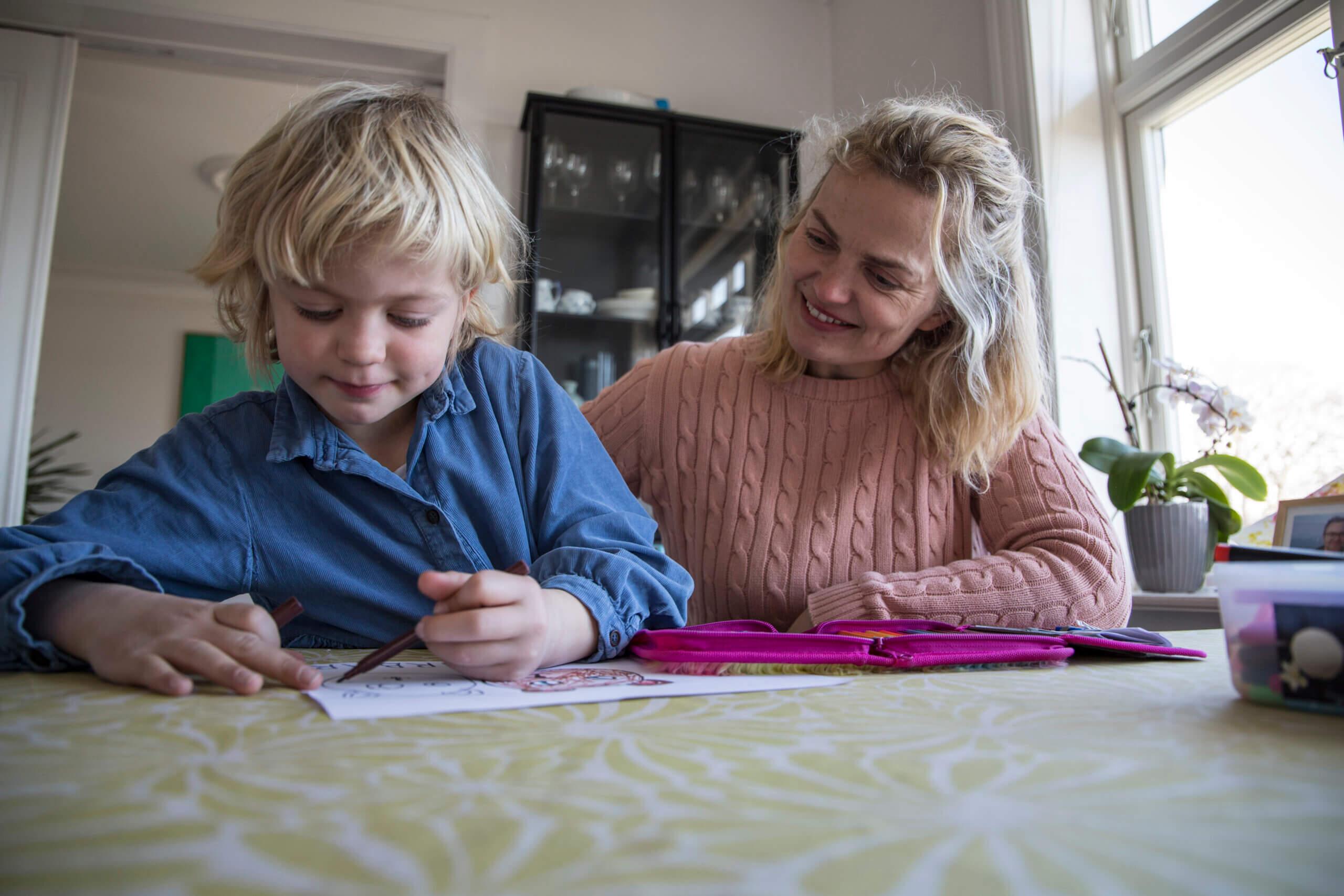 Barn og mor tegner