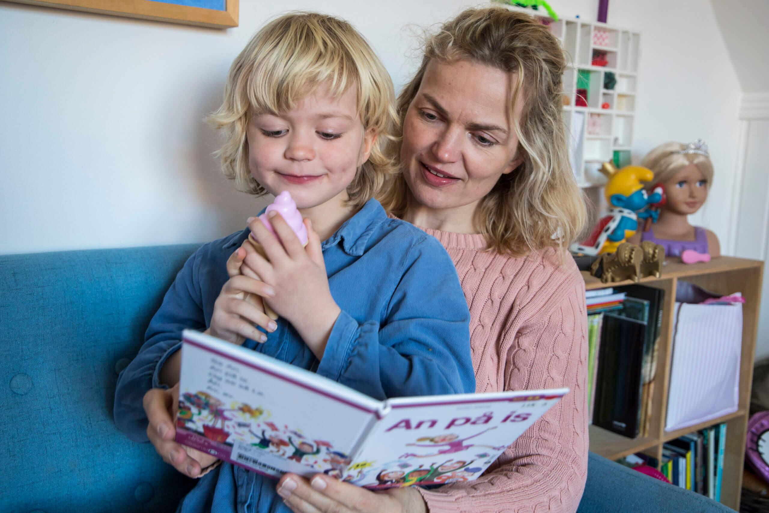 Barn og mor læser bog