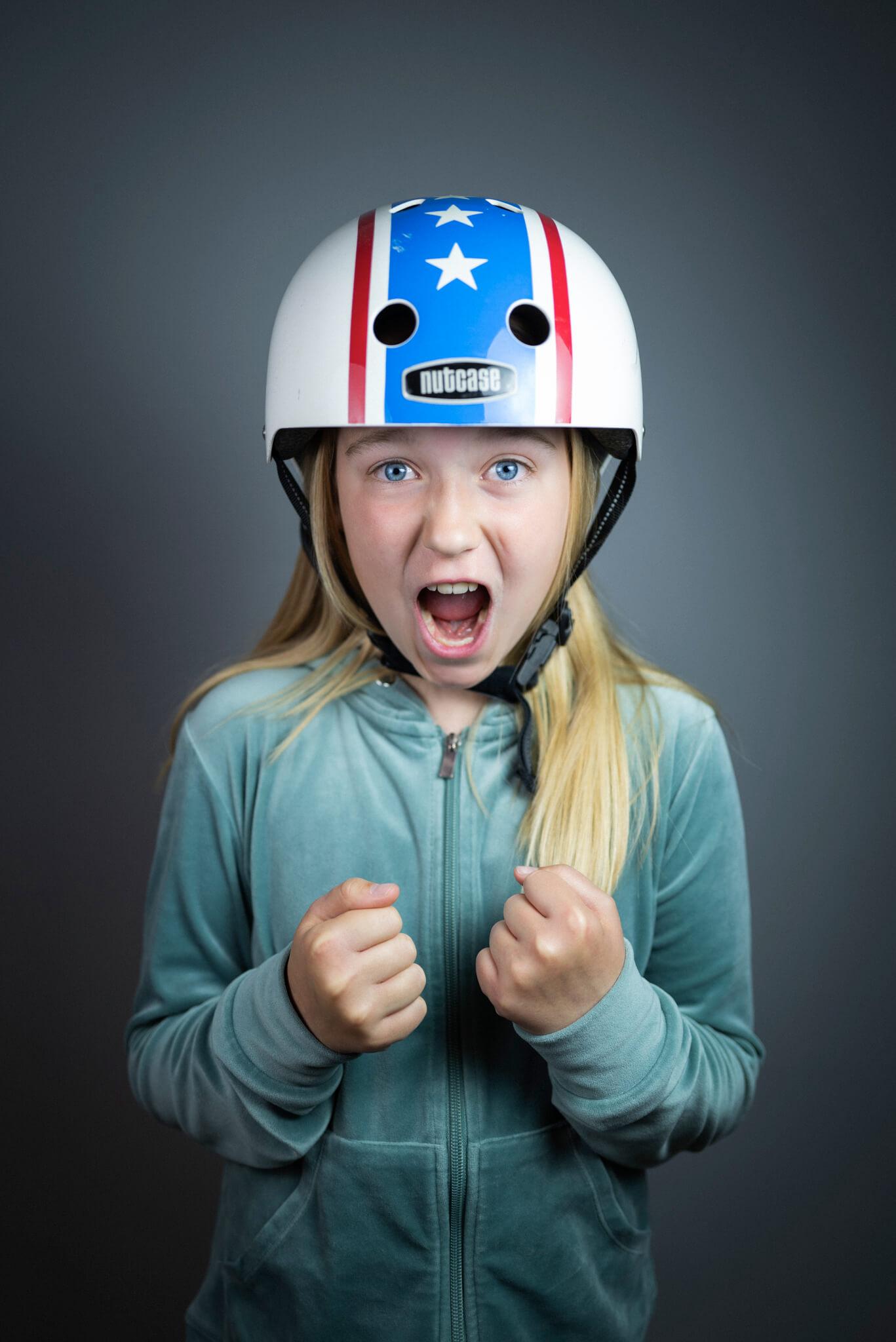 pige med cykelhjelm på