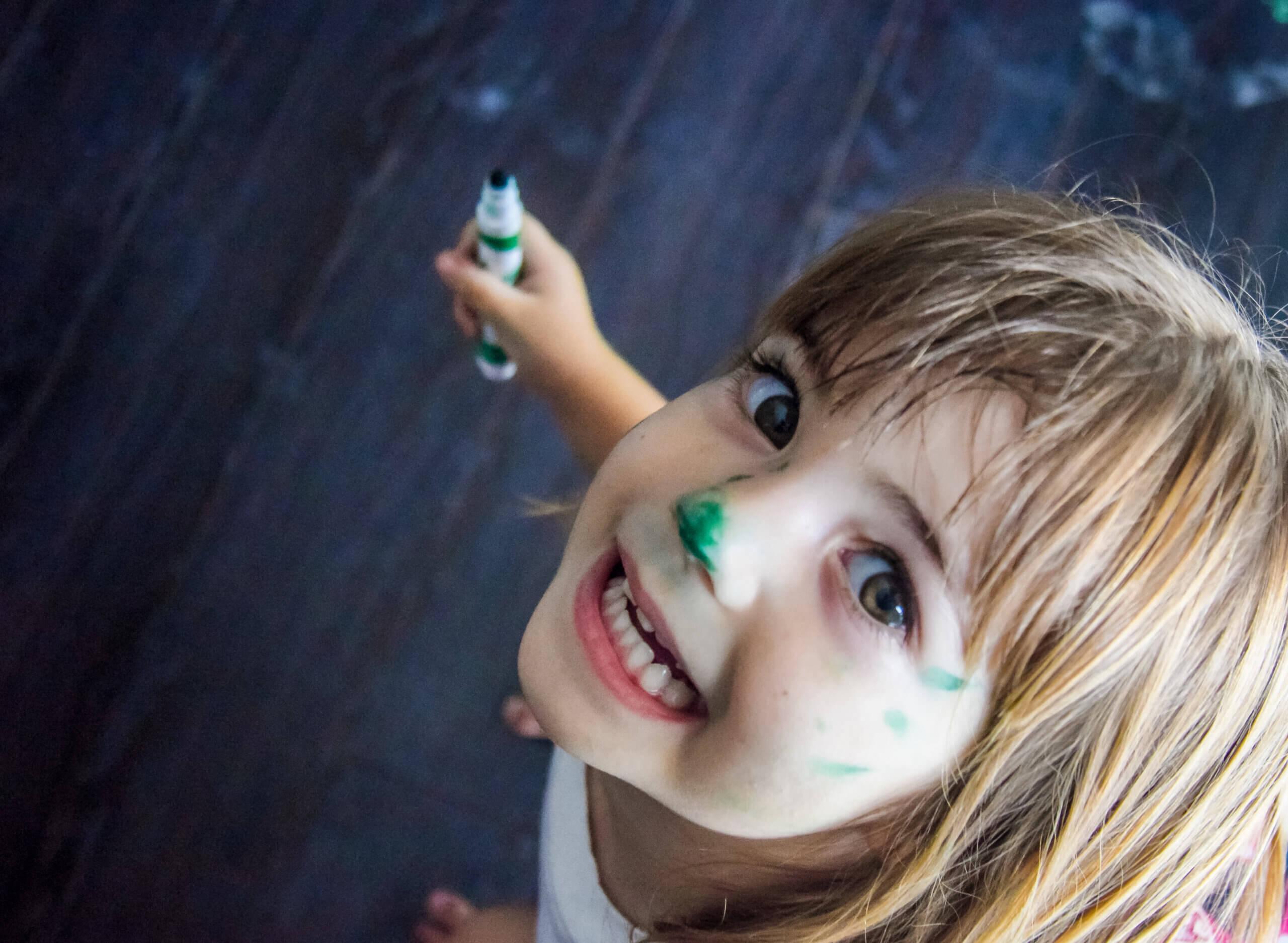 Pige med maling i hovedet