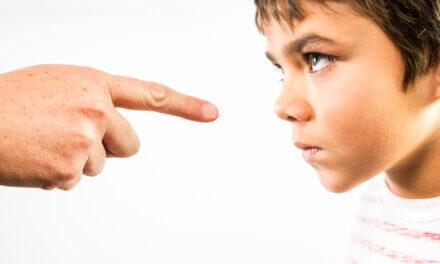 Skældud er skadeligt for børn. Hvorfor gør vi det alligevel?
